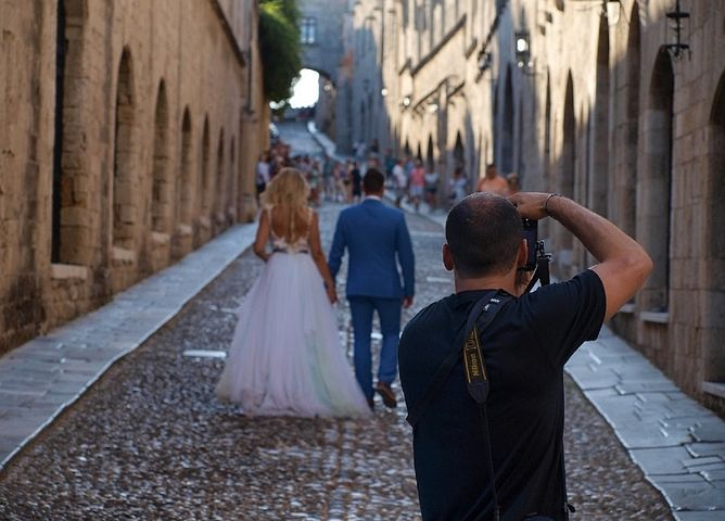wedding photographer taking prenup photos